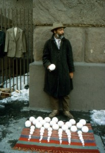 "David Hammons, ""Vendita di palle di neve"", 1983"